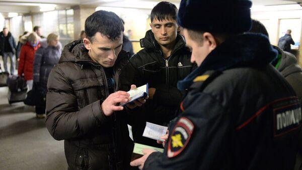 Сотрудник полиции проверяет документы. Архивное фото