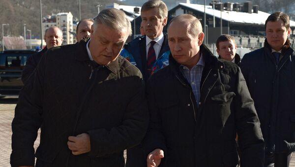 Президент России Владимир Путин во время осмотра железднодорожной станции Красная поляна