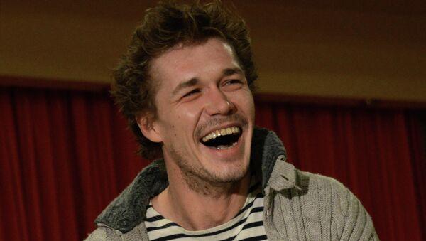 Исполнитель главной роли Артем Быстров во время интервью по поводу съемок фильма Юрия Быкова Дурак. Архивное фото