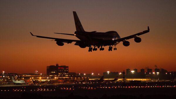 Самолет заходит на посадку в международном аэропорту Шереметьево. Архивное фото