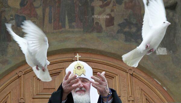 Патриарх Московский и всея Руси Кирилл выпускает в небо голубей. Архивное фото