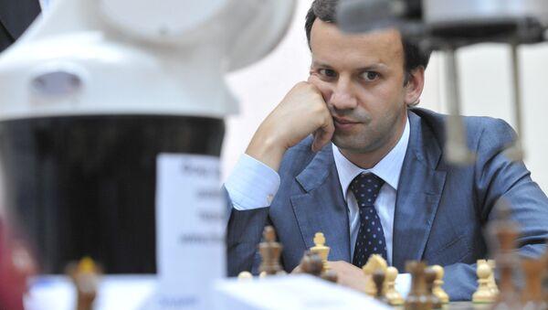Помощник президента РФ Аркадий Дворкович сыграл партию с шахматным роботом
