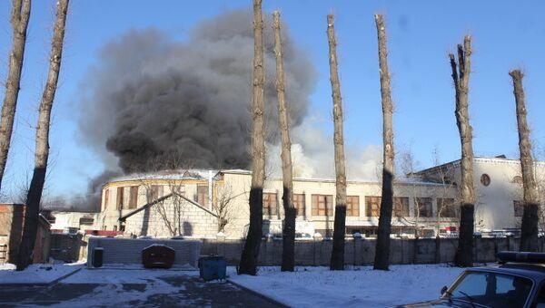 Горящий склад на проспекте Обуховской Обороны в Петербурге