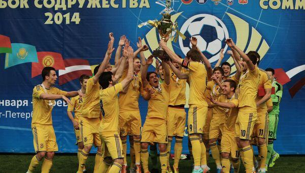 Футболисты команды Украины празднуют победу в в матче за 1-е место международного турнира Кубок Содружества 2014 между сборными командами России и Украины.