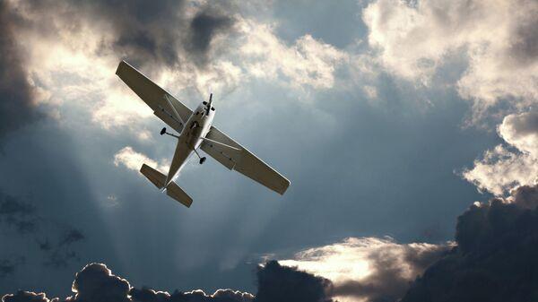 Легкомоторный самолет в небе