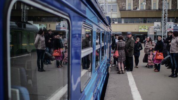 Пассажиры ожидают посадку на электричку. Архив