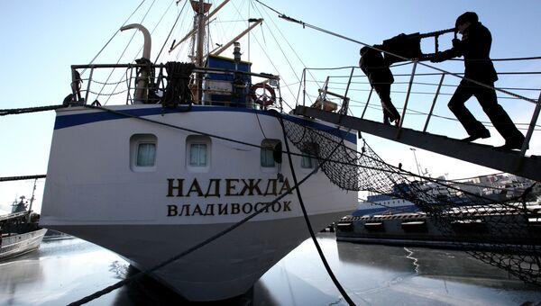 Последние приготовления к переходу российского учебного парусника Надежда на Черное море
