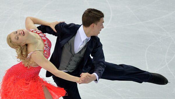 Екатерина Боброва и Дмитрий Соловьев (Россия) выступают в короткой программе танцев командных соревнований по фигурному катанию