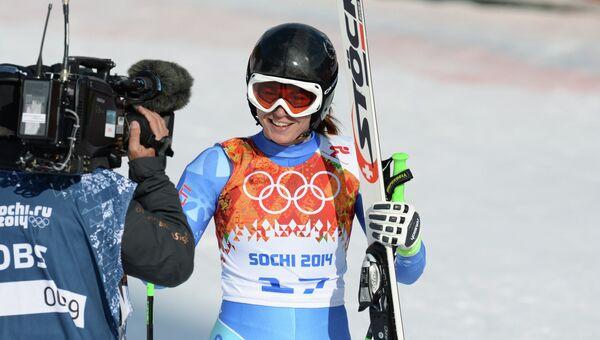 Тина Мазе (Словения) на финише в суперкомбинации на соревнованиях по горнолыжному спорту