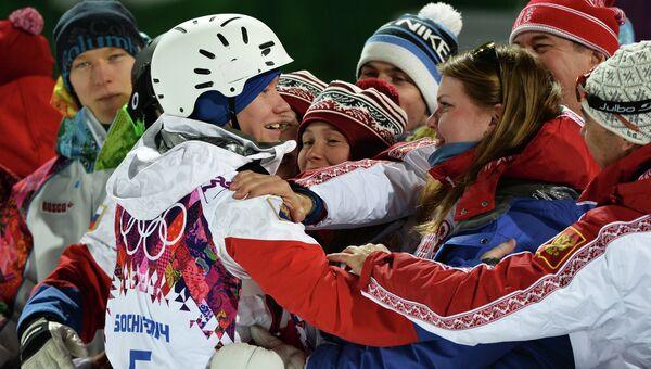 Александр Смышляев (Россия), завоевавший бронзовую медаль в могуле во время соревнований по фристайлу среди мужчин на XXII зимних Олимпийских играх в Сочи