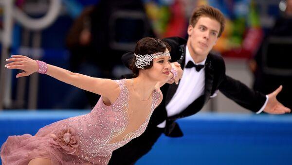 Елена Ильиных и Никита Кацалапов (Россия) выступают в короткой программе танцев на льду на соревнованиях по фигурному катанию