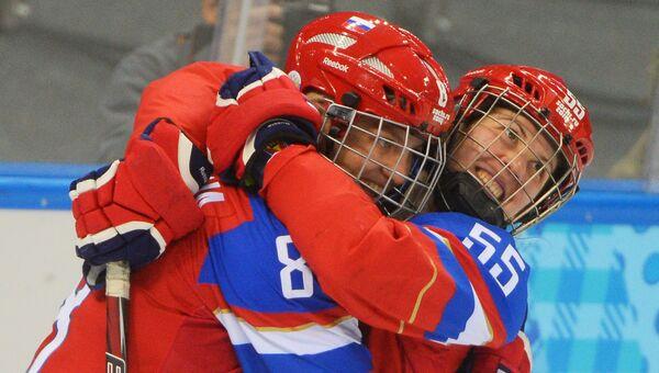 Игроки сборной России Ия Гаврилова (слева) и Галина Скиба радуются забитому голу в матче классификационного раунда между сборными командами России и Японии на соревнованиях по хоккею среди женщин