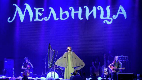 Лидер группы Мельница Наталья О`Шей (Хелависа) выступает на сцене во время концерта. Архив