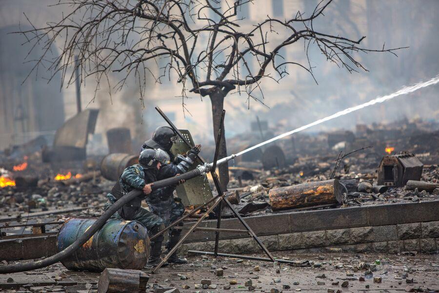 Сотрудники правоохранительных органов во время столкновений с митингующими на площади Независимости в Киеве