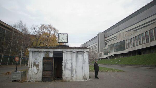 На территории завода имени И.А. Лихачева в Москве. Архивное фото