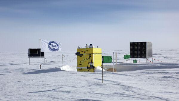 Обсерватория PLATO-R в Антарктиде, телескоп HEAT – черный объект слева. Архивное фото