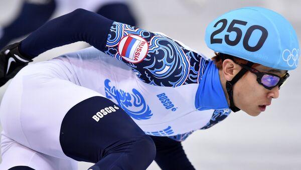 Виктор Ан (Россия) в эстафете на 5000 метров на соревнованиях по шорт-треку среди мужчин. Фото с места события