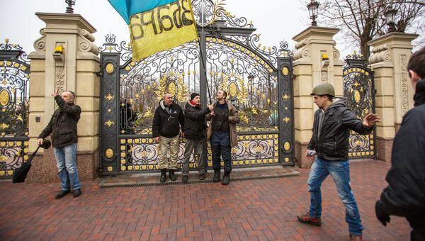Сторонники оппозиции у ворот оставленной резиденции президента Украины Виктора Януковича Межигорье. Архивное фото.