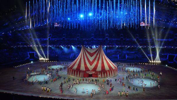 Артисты во время театрализованного представления на церемонии закрытия XXII зимних Олимпийских игр в Сочи.