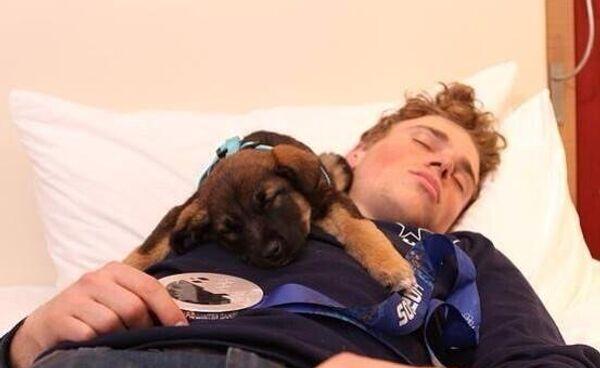 Cеребряный призер в слоуп-стайле Гас Кенуорти c щенком, которого он подобрал в Сочи