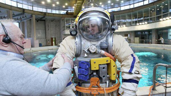 Космонавт Елена Серова на тренировке в гидролаборатории в Звездном городке. Архивное фото