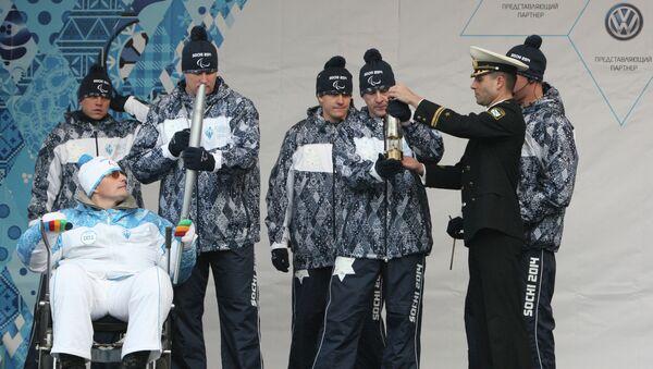 Неоднократный победитель краевых спортивных соревнований, факелоносец Руслан Чуканов во время эстафеты Паралимпийского огня во Владивостоке