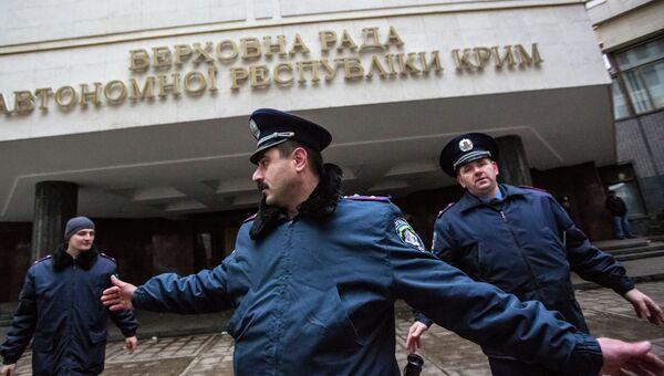 Милиционеры у здания Верховной Рады в Симферополе, архивное фото