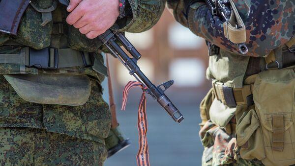 Военные у здания Верховного совета Крыма, архивное фото