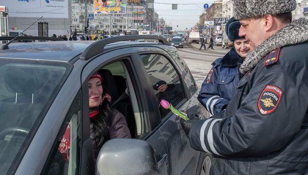 Сотрудники ГИБДД поздравили букетами цветов новосибирских автоледи, событийное фото