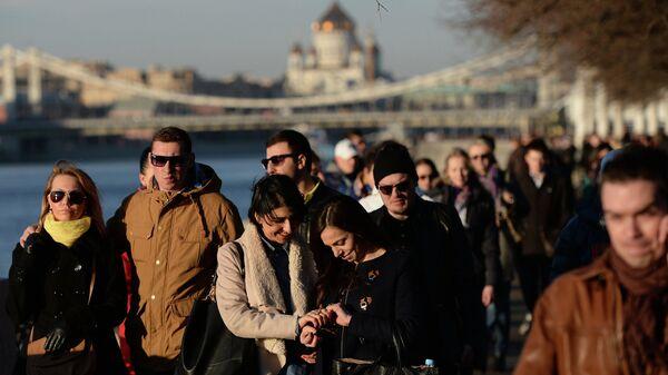 Жители столицы во время прогулки по городу