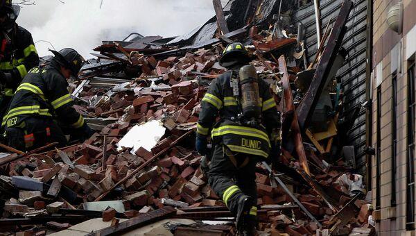 Спасатели на месте взрыва здания в Нью-Йорке
