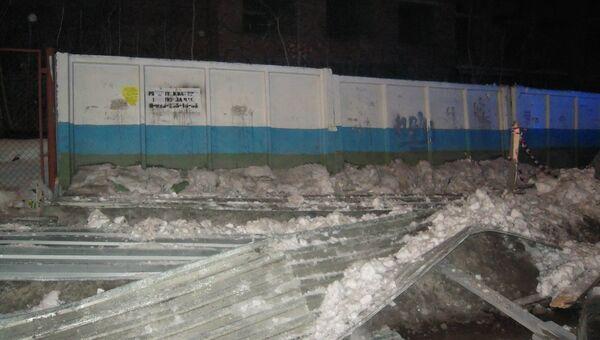 Обрушение козырька ограждения стройплощадки в Новосибирске. Фото с места события