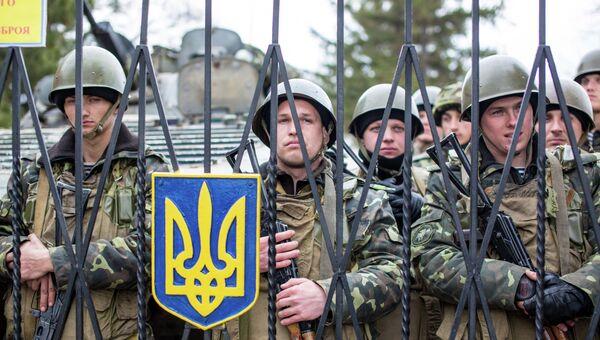 Украинские военные на территории военной базы в Крыму. Архивное фото