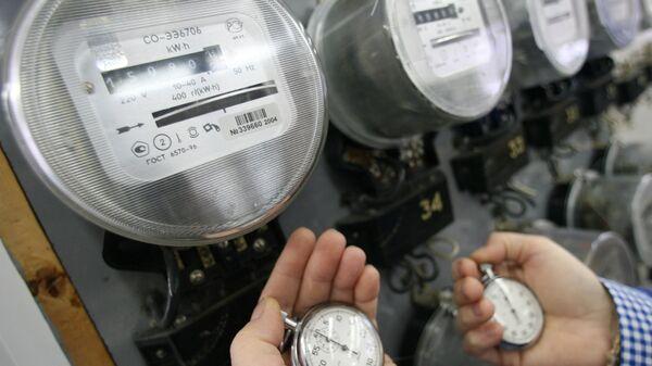 Электрические счетчики в мастерской Калининградэнерго, электроэнергия, энергоэффективность