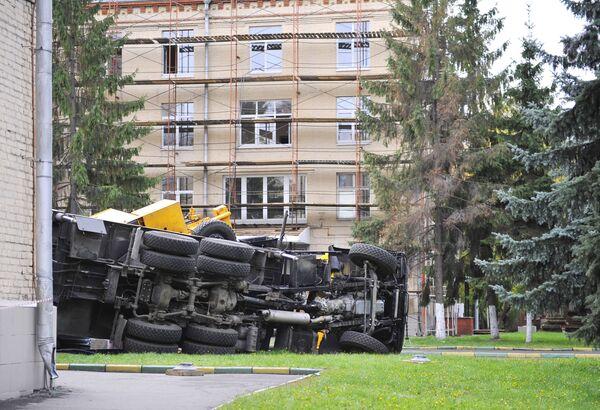 Строительный кран упал на здание роддома в Москве