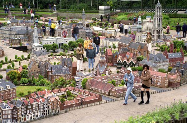 Посетители осматривают экспонаты Парка миниатюр Мадюродам
