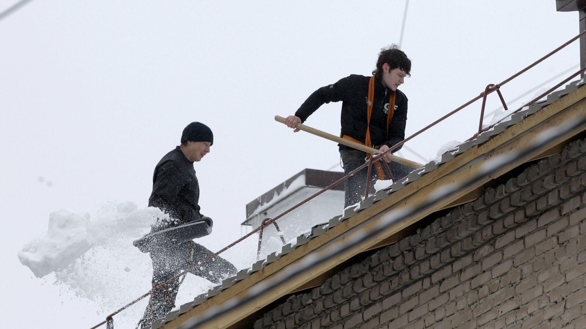 Очистка крыш от снега и наледи - РИА Новости, 1920, 08.02.2021