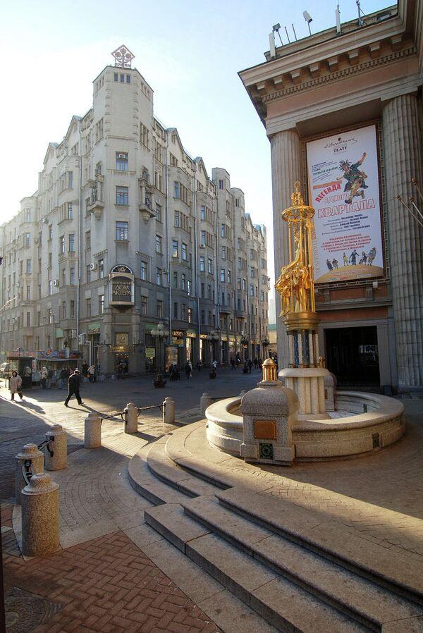 Театр имени Е. Б. Вахтангова (справа) и Центральный Дом Актера имени А. А. Яблочкиной (на втором плане) на Старом Арбате