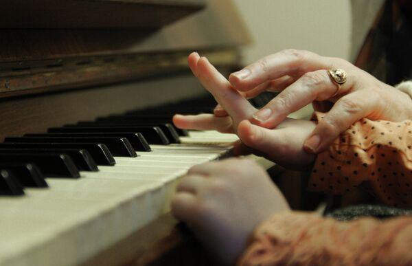 Педагог ведет занятие по классу фортепиано
