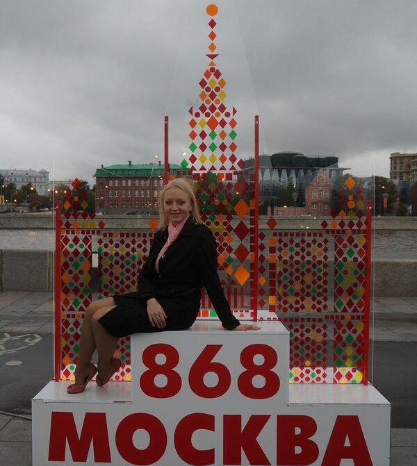 Ольга Белова на фоне тематической конструкции Я люблю Москву