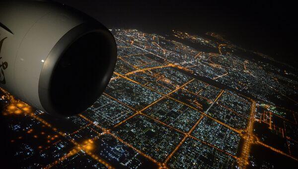 Вид на ночной город Дубай с борта самолета