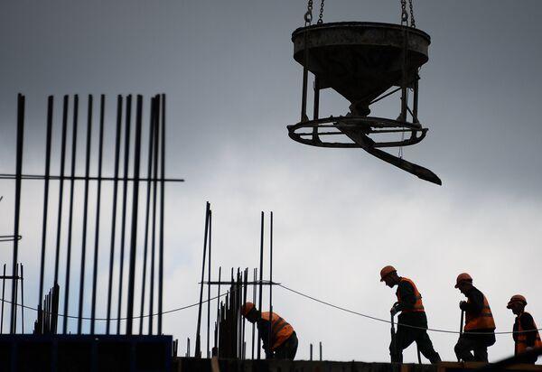 Рабочие на строительстве жилья