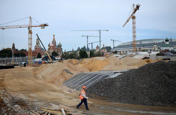 Мэр Москвы С.Собянин осмотрел ход строительства комплекса Зарядье и арены Лужники
