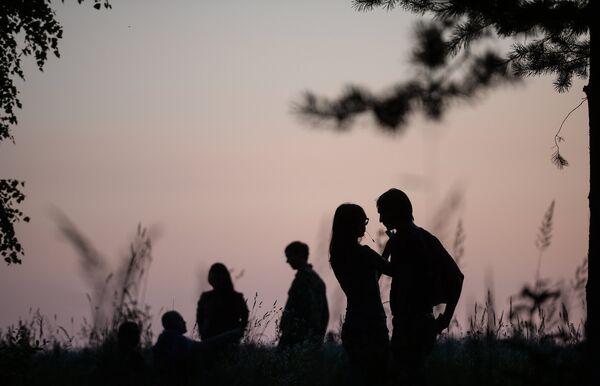 Посетители на международном фестивале ландшафтных объектов в Никола-Ленивце Калужской области.