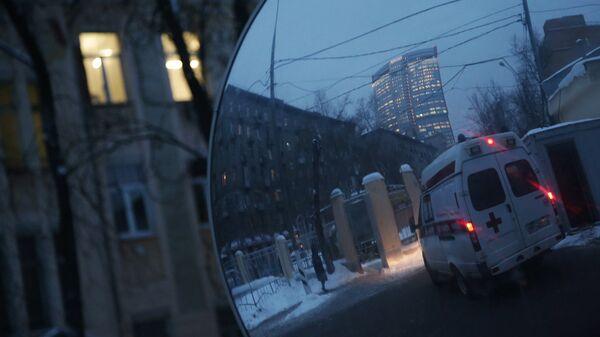 Машина скорой помощи у городской клинической больницы имени С.П. Боткина