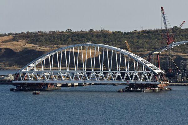 Арку Крымского моста переместили на плавучие опоры