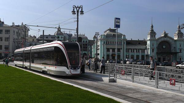 Благоустроенные улицы и площади Москвы в рамках программы Моя Улица. Трамвай на площади Тверская Застава. Справа - здание Белорусского вокзала.