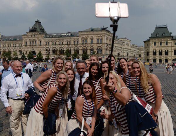Министр спорта РФ Виталий Мутко (в центре) вместе с гандболистками женской сборной России на Красной площади