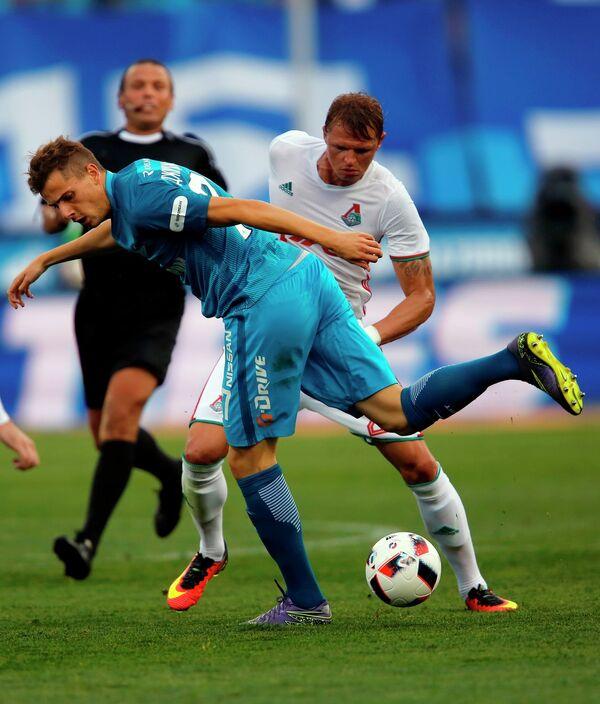Нападающий Зенита Лука Джорджевич (на первом плане) и полузащитник Локомотива Дмитрий Тарасов