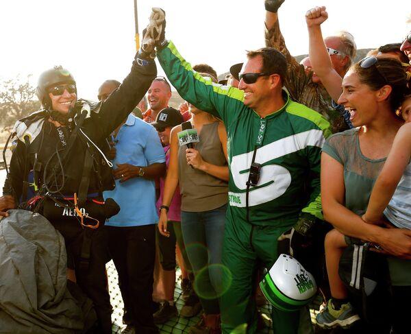 Скайдайвер Люк Айкинс (справа) после приземления